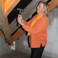 Claudia Goldhahn schlägt den Zimmermannsnagel ins Gebälk