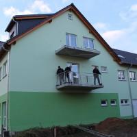 17.11.16 Geländer werden an die Balkone angebracht