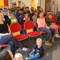 Große und kleine Zuhörer lauschen dem Konzert