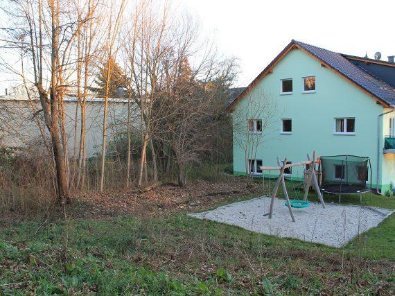 Spielplatz mit Blick zum Nachbargrundstück